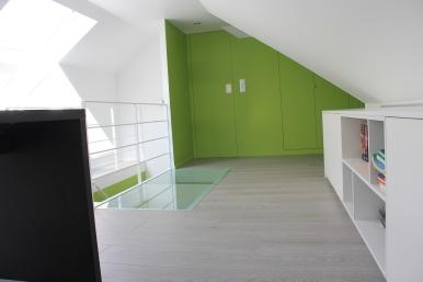 Accentkleur 'frisgroen' in combinatie met basiskleur wit creëert verbinding tussen badkamer, traphal en mezzanine.