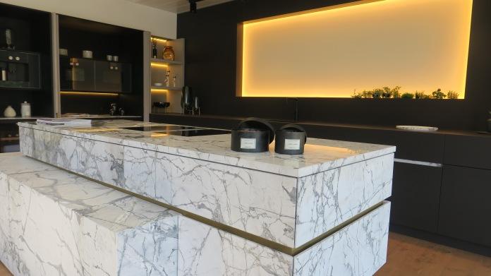 @Kitchencenter Thonon: keukeneiland in marmer, tot in het fijnste detail afgewerkt.