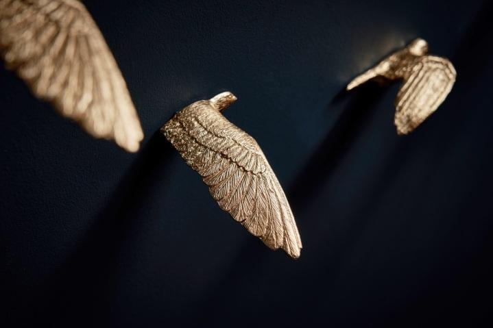 Vergulde zwaluwen spreiden hun vleugels in een interieur met PIT.